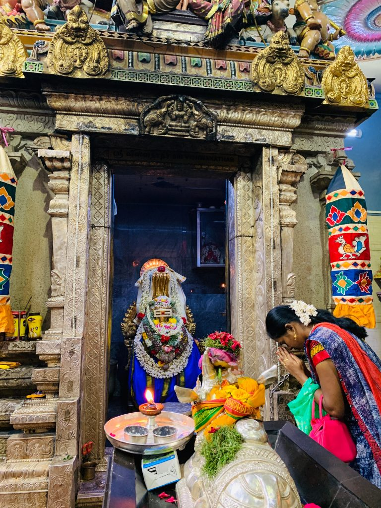 Rezo en el templo