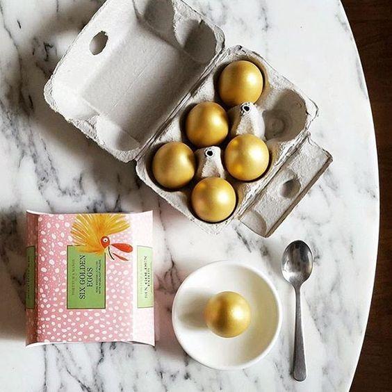 Huevos de Fortnum and Mason vaciados, rellenados de praliné de avellana y pintados de dorado @clerkenwellboyec1