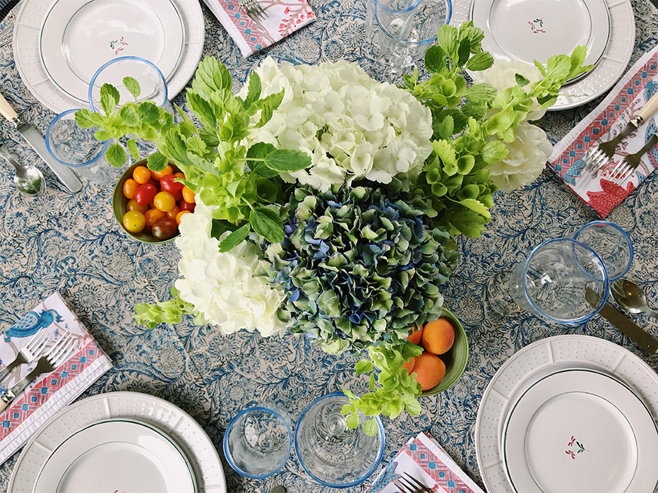 A summer table setting by Annabelle Moehlmann