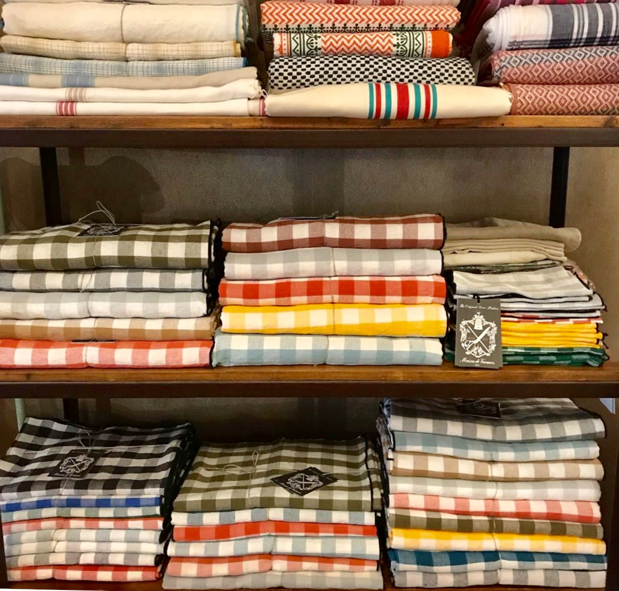 Pequena Inglaterra store in Madrid, gingham tablecloth