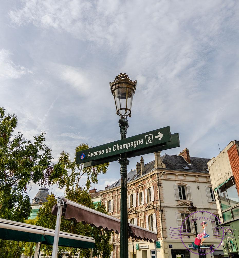 Signpost to Avenue de Champagne