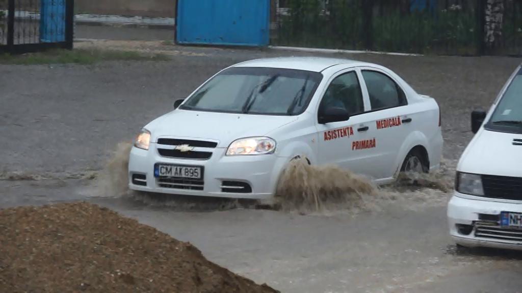 Inundații de durată  la Cimișlia după ploile de aproape două luni