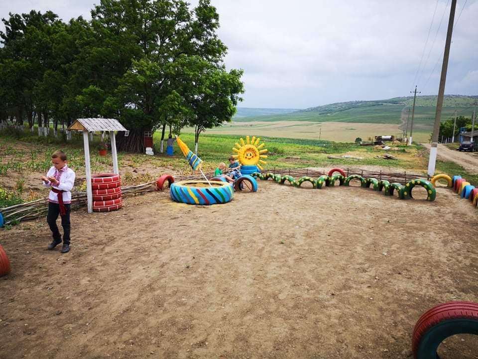 Un teren de joacă, amenajat de un grup de entuziaști la Filipeni, Leova