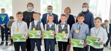 """Au fost premiați mai mulți elevi din Cimișlia pentru participare la meciurile amicale de fotbal, prin proiectul """"Fotbal în școli"""""""