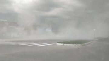 Vijelie la Hîncești. Vântul puternic a ridicat un nor imens de praf pe străzile orașului
