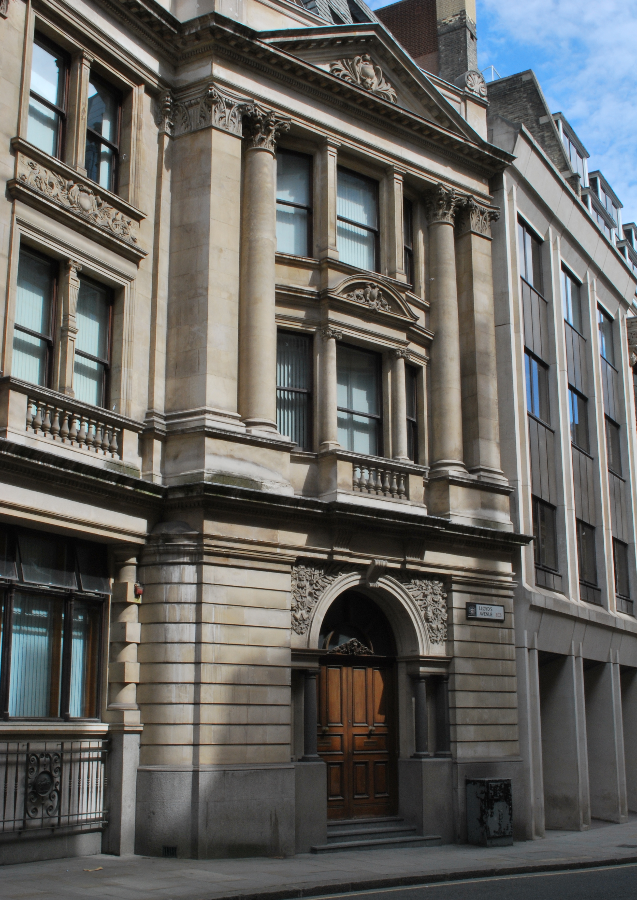 The outwardly-angled bay at the southern end of the Lloyd's Avenue facade