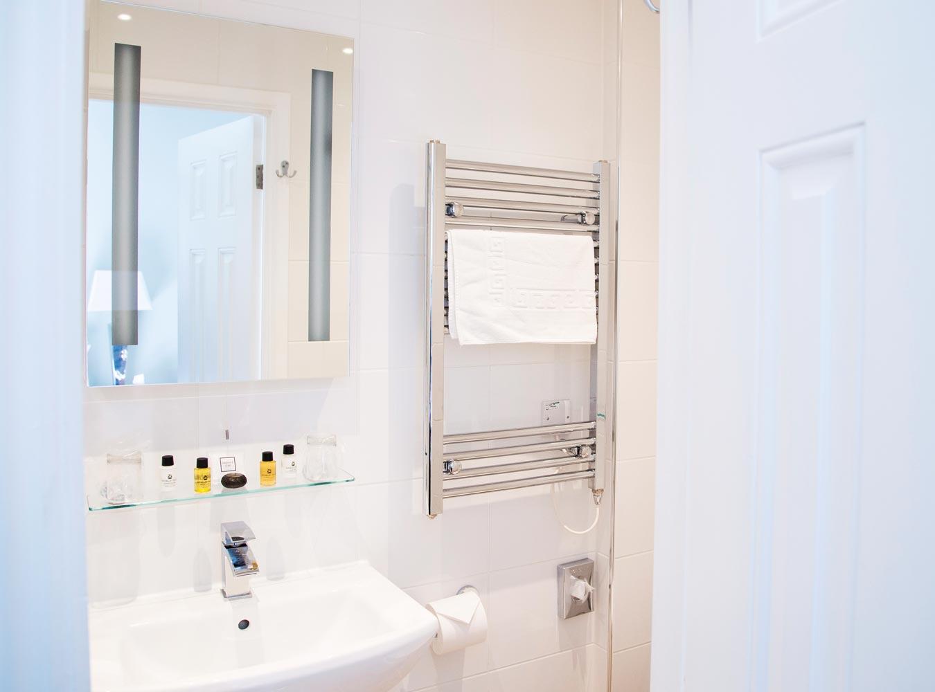 27x20_room7-bathroom