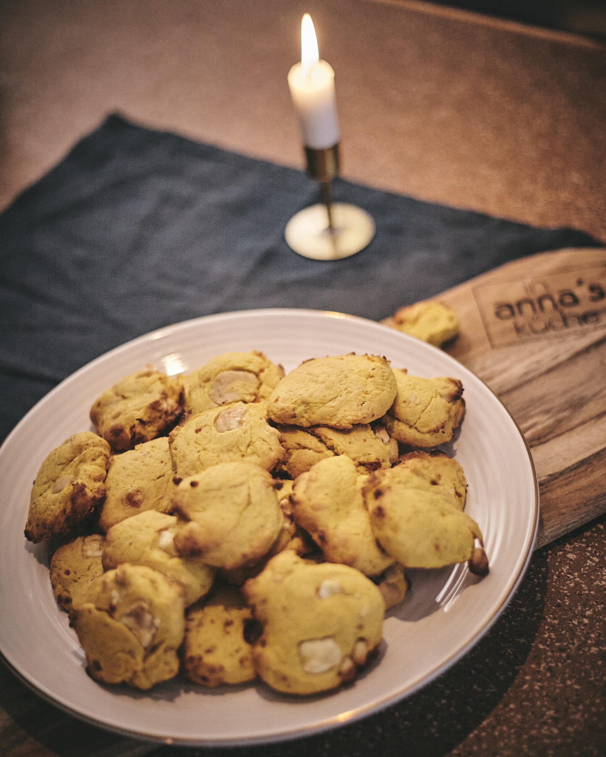 Kürbis Cookies mit weißer Schokolade und Marzipan in Annas Küche