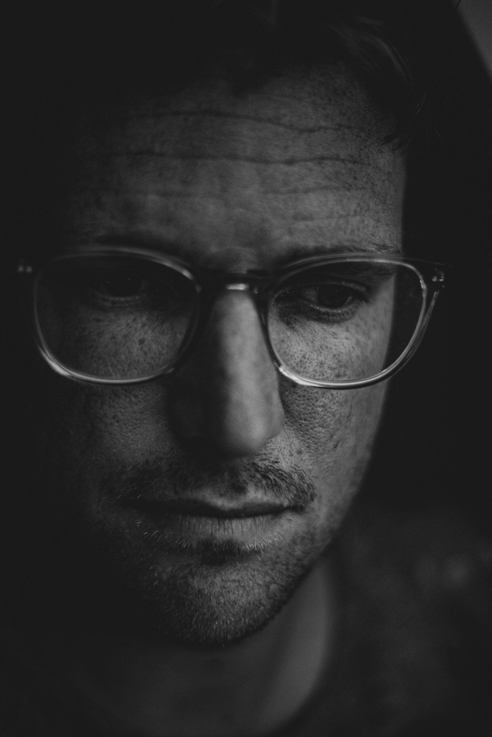 Foto de un hombre con síntomas depresivos