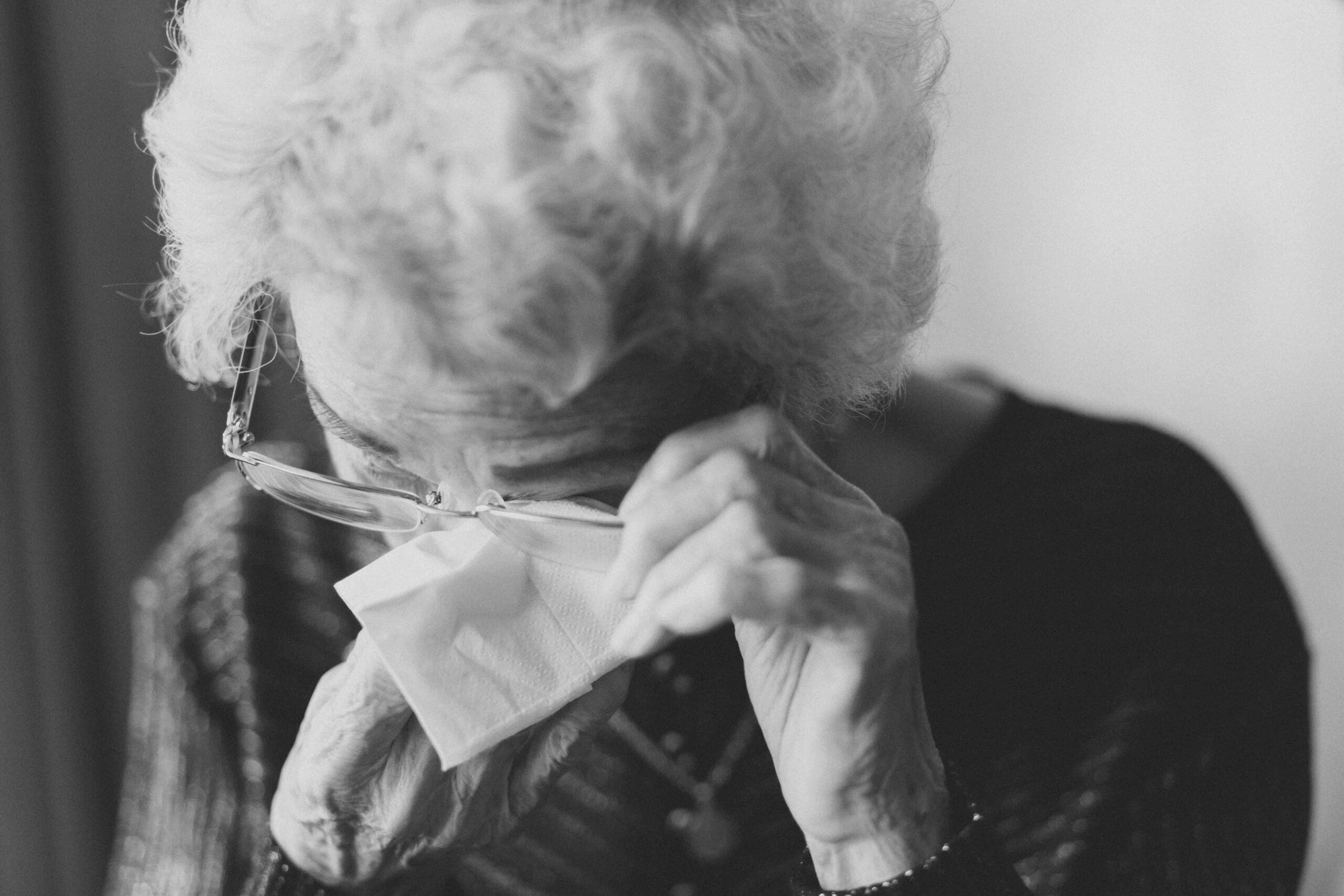 Mujer llorando sujetando un pañuelo