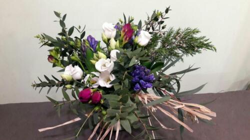 Centro floral rosas y lilas