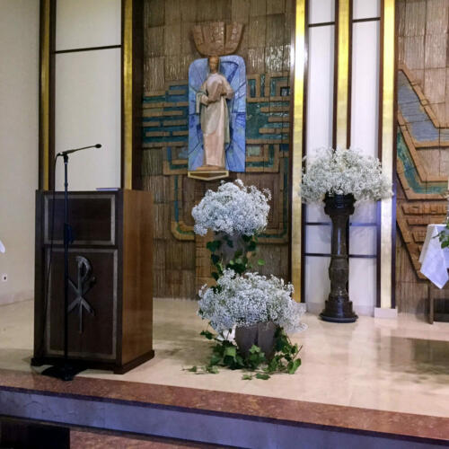 Decoracion iglesia flores blancas