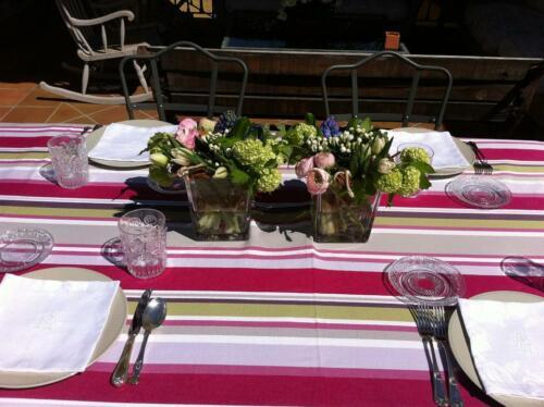 Decoracion mesa terraza flores