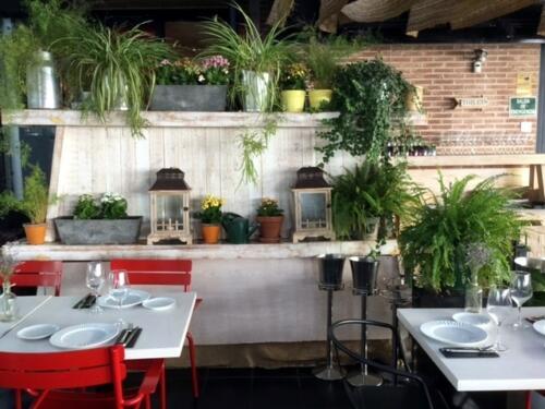 Decoracion restaurante muchas flores