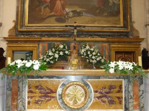 Flores blancas altar