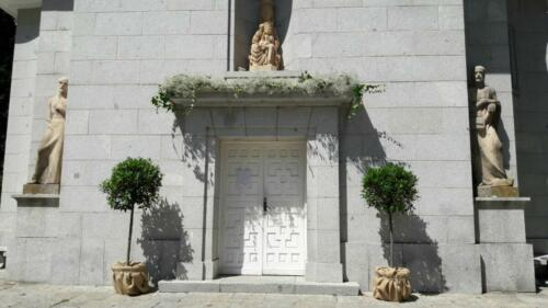 Iglesia puerta flores