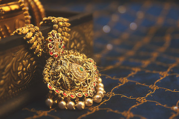 Instructions to be a vintage bride with antique jewellery
