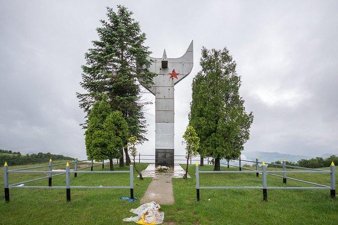 10. Smetovi dağında bulunan anıt, 1968'de inşa edildi. Nazi karşıtı bir direniş hareketi olan Zenica Partisan Dekolmanı'nın düşmüş savaşçılarına adanmıştır.