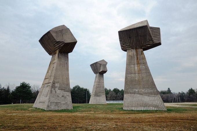 12. Üç Yumruk Anıtı, Bubanj Hatıra Parkı, Niš, Sırbistan. 10.000'den fazla Sırp vatandaşının infaz yeri Bubanj Park'ta bulunuyor. Dünyanın altından yükselen üç sıkışık yumruk, düşmanı savunan erkekleri, kadınları ve çocukları temsil ediyor.