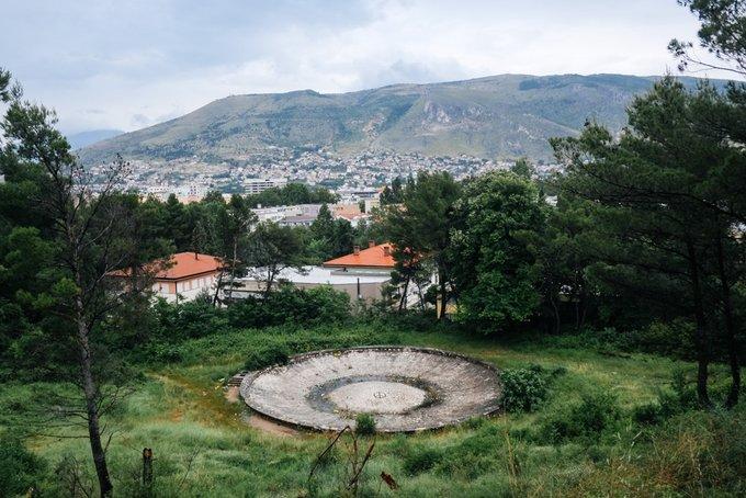 14. Partizan Hatıra Mezarlığı, Mostar, Bosna Hersek. 1965 yılında İkinci Dünya Savaşında ölen Yugoslav Partizanları onurlandırmak için yapıldı.