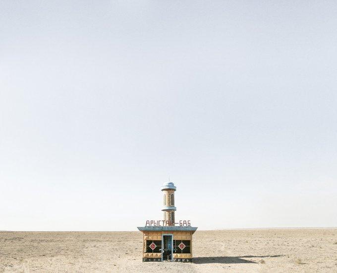14. Terkedilmiş otobüs durağı, Aralsk, Kazakistan. Fotoğraf: Christopher Herwig.