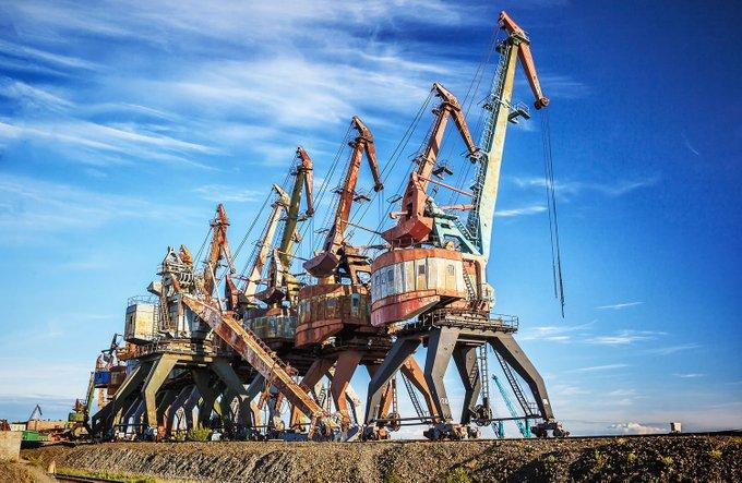 20. Krasnoyarsk Krai, Rusya'nın Taymyrsky Dolgano-Nenetsky bölgesinde Dudinka kasabasında paslı terk edilmiş liman vinçleri.