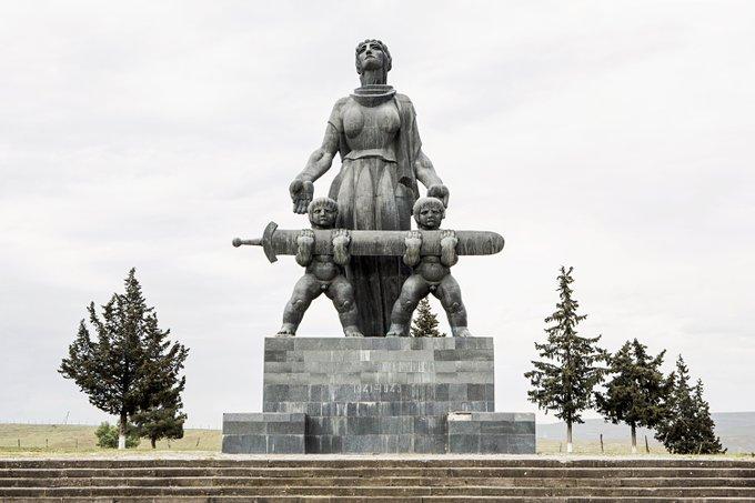"""14. """"Ve onlar büyüyecekler"""", Merab Berdzenishvili tarafından yapılan heykel. Marneuli, Georgia."""