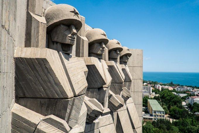 2. Bulgaristan-Sovyet Dostluk anıtının bloklu, kübist tarzı aynı çağda inşa edilmiş diğer Bulgar anıtlarla paylaşılan, kesinlikle farklıdır. 10.000 tondan fazla beton ve 1.000 ton armatür telinden yapılmıştır.