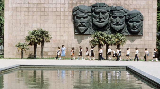 """8. 26 Bakü Komiserinin anıt kompleksinin yıkılması 1990'larda başladı. İlk olarak, Sonsuz Kıvılcım çıkarıldı ve daha sonra 1993 yılında """"Bakü Komiserlerinin İnfazı"""" yüksek kabartma heykeli yıkıldı. Son olarak, yazıt panteondan çıkarıldı."""