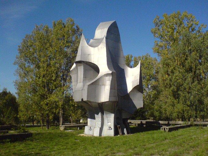 9. Bu anıt, Bosna'daki Sanski Most'un özgürlüğünü temsil ediyor.
