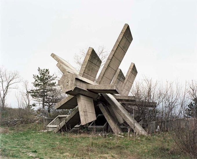 17 Bu anıt, II. Dünya Savaşı sırasında Hırvatistan'ın Knin kentini faşistlerden kurtaran askerlere adanmıştır. Fotoğraf: Jan Kempenaers