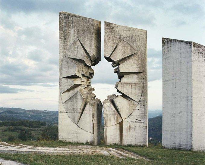 18. Kadinjača Anıt Kompleksi, Kadinjača Muharebesi sırasında ölenleri n anısına yapıldı.anıyor. Fotoğraf: Jan Kempenaers