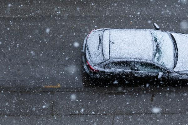 coche en carretera con hielo