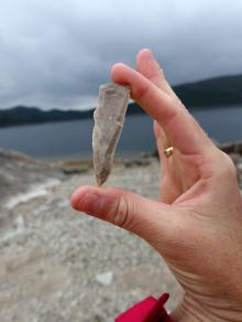 A flint blade, principally for making tools such as a knife, an arrow head or something similar in the Stone Age, is just one of the finds at Store Myrvatn.