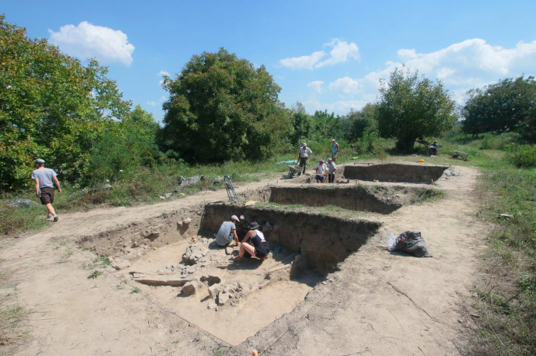 Rich, well-preserved graves from the Roman period, approx. 1800 years ago, have been discovered by Polish archaeologists during excavations near the legionary camp Novae (near Svishtov) in Bulgaria. This is a rare and unexpected discovery in the Balkans, the discoverers say.