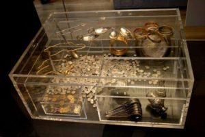 Hoxne Hoard: Display case at the British Museum showing a reconstruction of the arrangement of the hoard treasure when excavated in 1992.