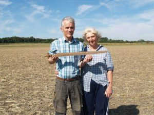 Finders Ernst Christiansen and Lise Therkildsen with the Bronze Age sword.