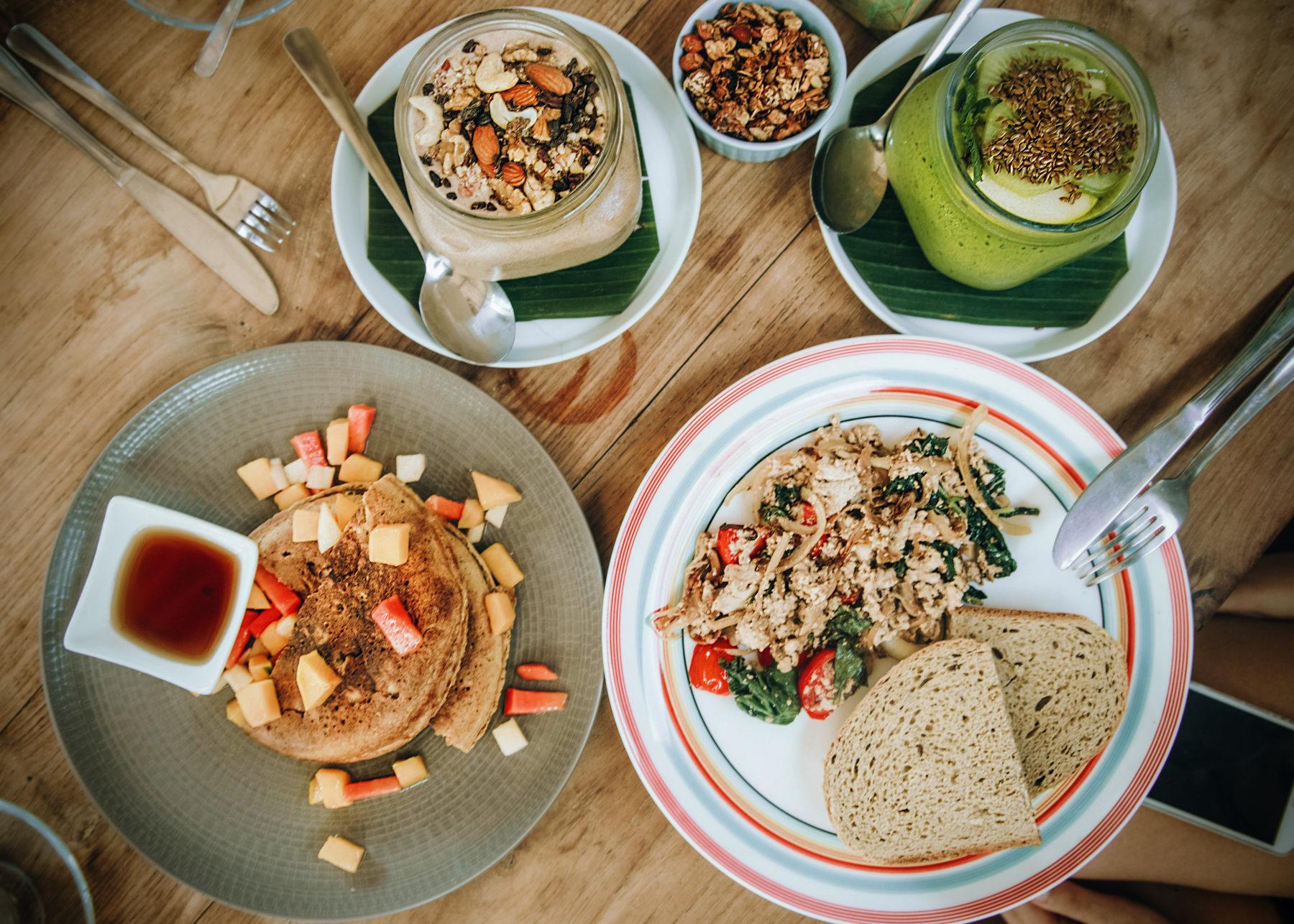 vegan healthy food in gili islands pitu cafe indonesia jackfruit curry scrambled tofu smoothie bowls