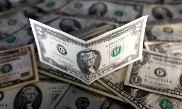 US Dollar Declines, the Smallest Yearly Gain in Over Six Years