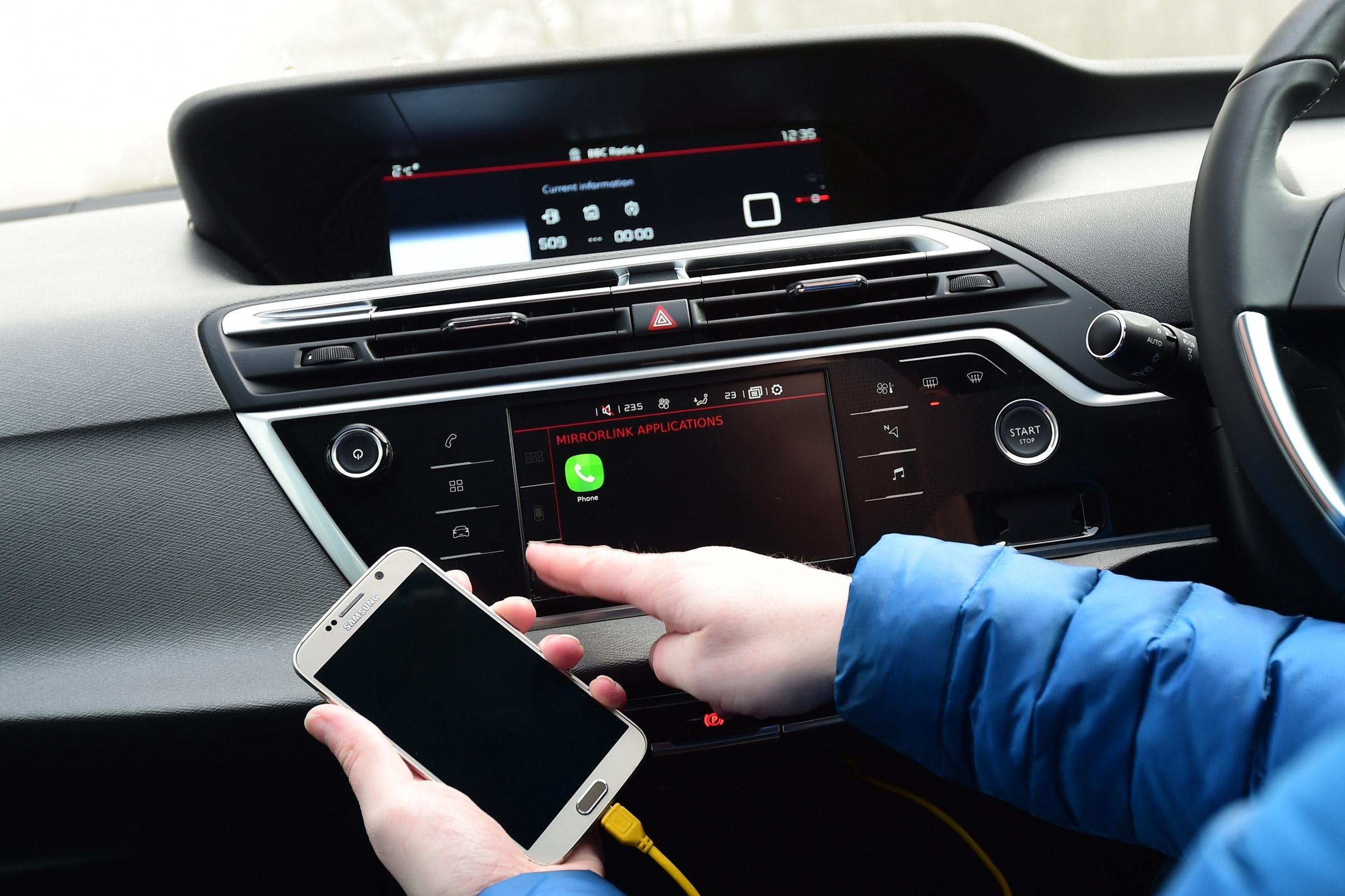 Mirrorlink in de auto verbinden met uw smartphone