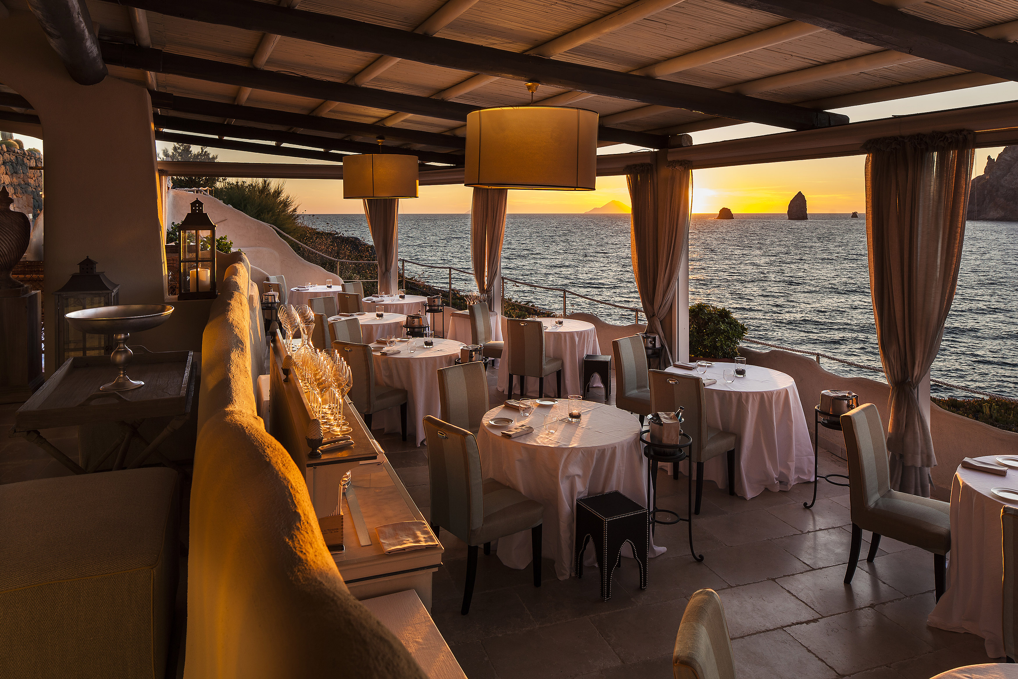 May Travel Therasia resort Tramonto romantico dal ristorante 1 stella Michelin il Cappero