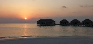 May Travel Maldive Dusit Thani tramonte sulle overwater villas