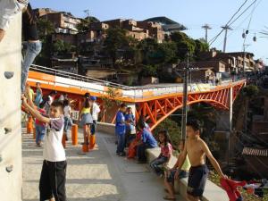Dia 7  Bridges link the hills of informal housing