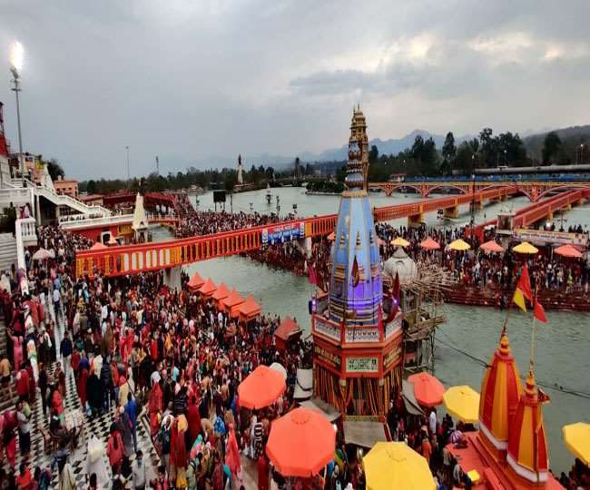 Magh Purnima 2021: Prayagraj District Administration Showers Flowers on Devotes