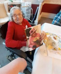 Pinhay House resident Hettit Unwin with her card from the Queen