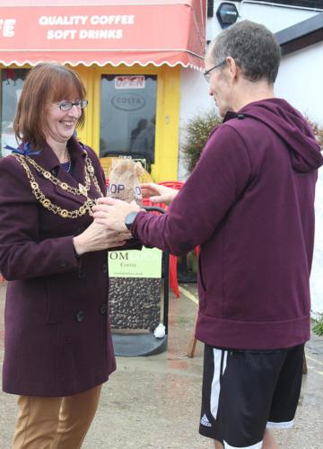 Mayor Michaela Ellis presents a prize to the fun run winner