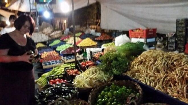 Fıccın'ın sahibi Leyla Hanım İnebolu pazarından alışveriş yaparken