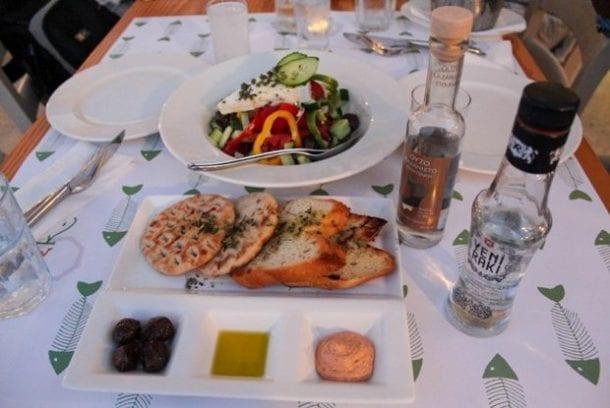 Yunanistan'da rakı içen Türkler