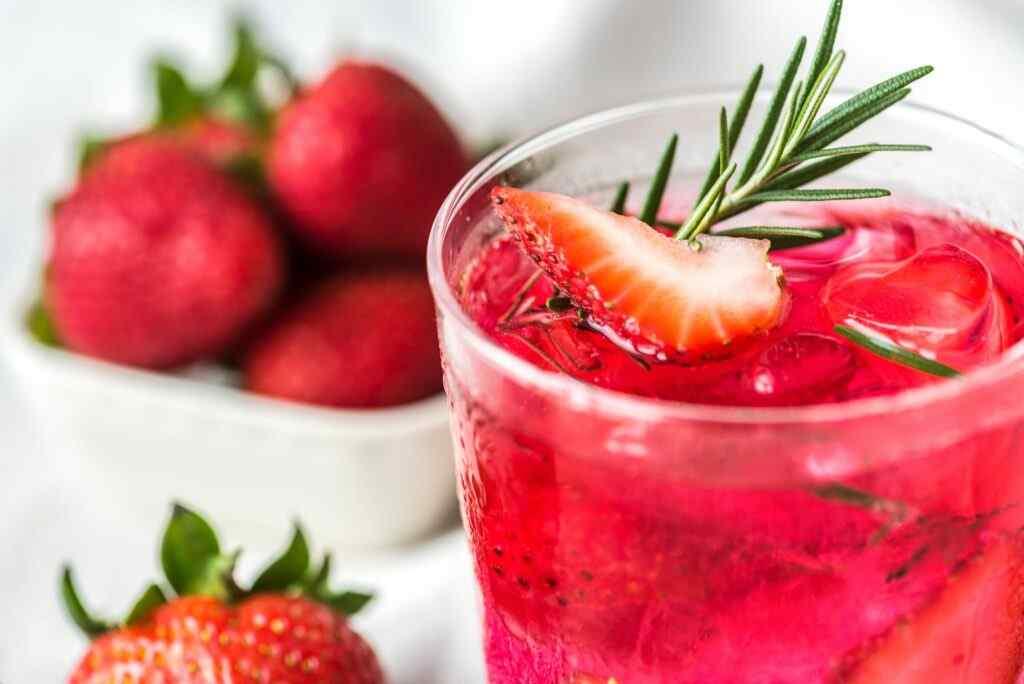 cinnamon-and-strawberry-detox-drink