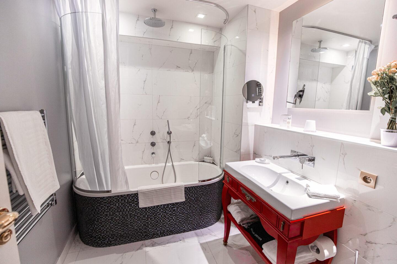 3-best-hotels-in-paris-where-to-stay-in-paris-paris-boutique-hotel-la-maison-favart-kelsey-heinrichs-kelseyinlondon